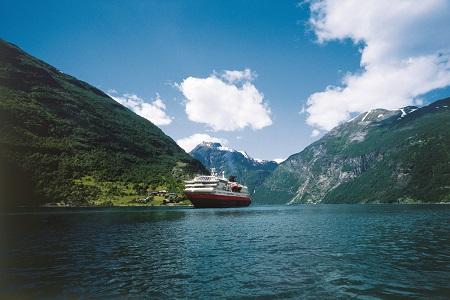 MS Polarlys_Geirangerfjord.jpg